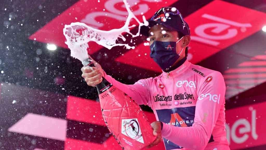 Egan Bernal da un golpe encima de la mesa en el 'sterrato' de Campo Felice y es líder del Giro de Italia