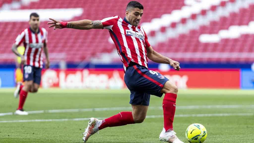 Luis Suárez remata un balón solo ante la portería