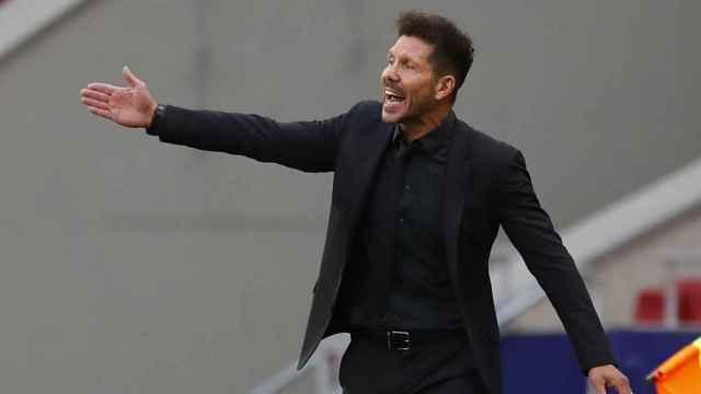 Simeone da indicaciones durante el partido contra Osasuna