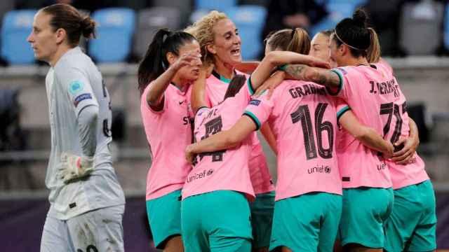 Piña de las jugadoras del Barcelona Femenino para celebrar un gol en la final de la Women's Champions League