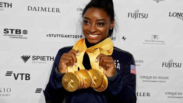 Simone Biles con las cinco medallas de oro de los mundiales de 2019