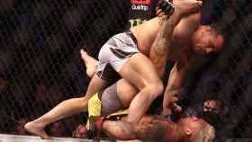 Charles Oliveira golpeando a Michael Chandler