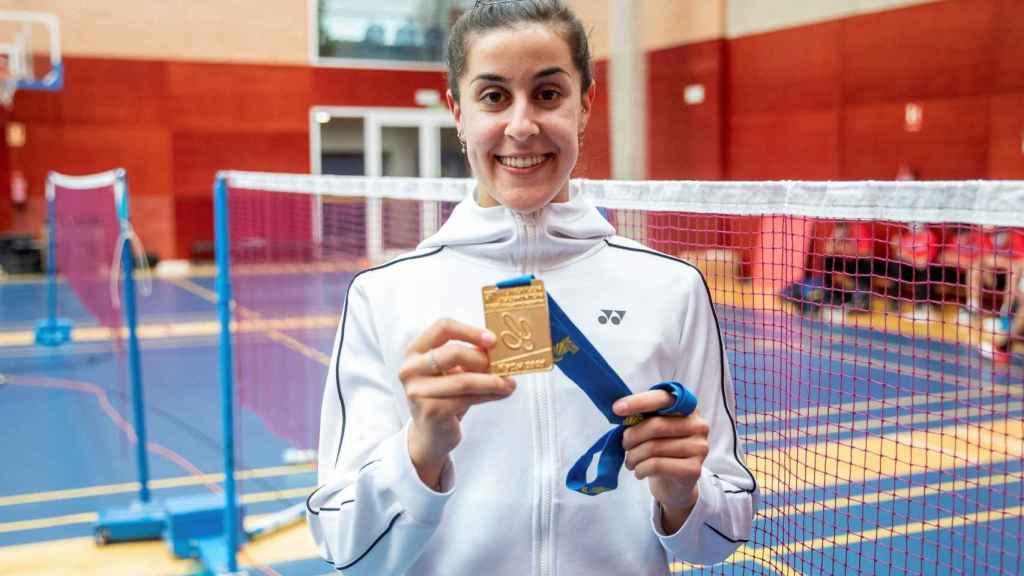 Carolina Marín con su medalla del europeo 2021