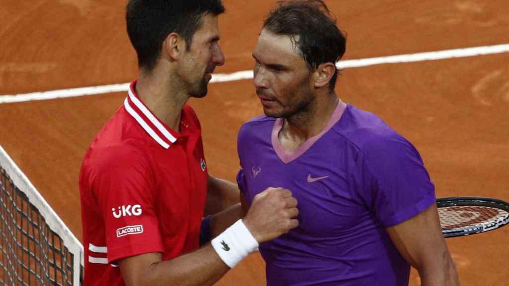Rafa Nadal y Novak Djokovic se saludan tras la final del Masters de Roma 2021