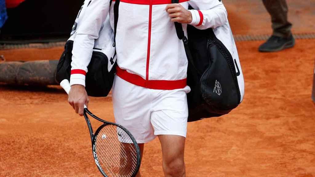 Novak Djokovic sale a la pista para jugar la final