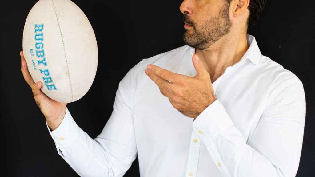 Jaime Nava, exjugador y capitán de la selección española de rugby, sujetando un balón