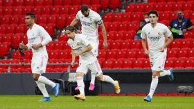 Los jugadores del Real Madrid saltan al césped de San Mamés para enfrentarse al Athletic Club