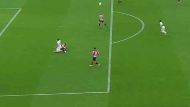 Penalti de Yeray sobre Karim Benzema no pitado