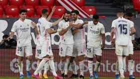 Los jugadores del Real Madrid celebran el gol de Nacho Fernández