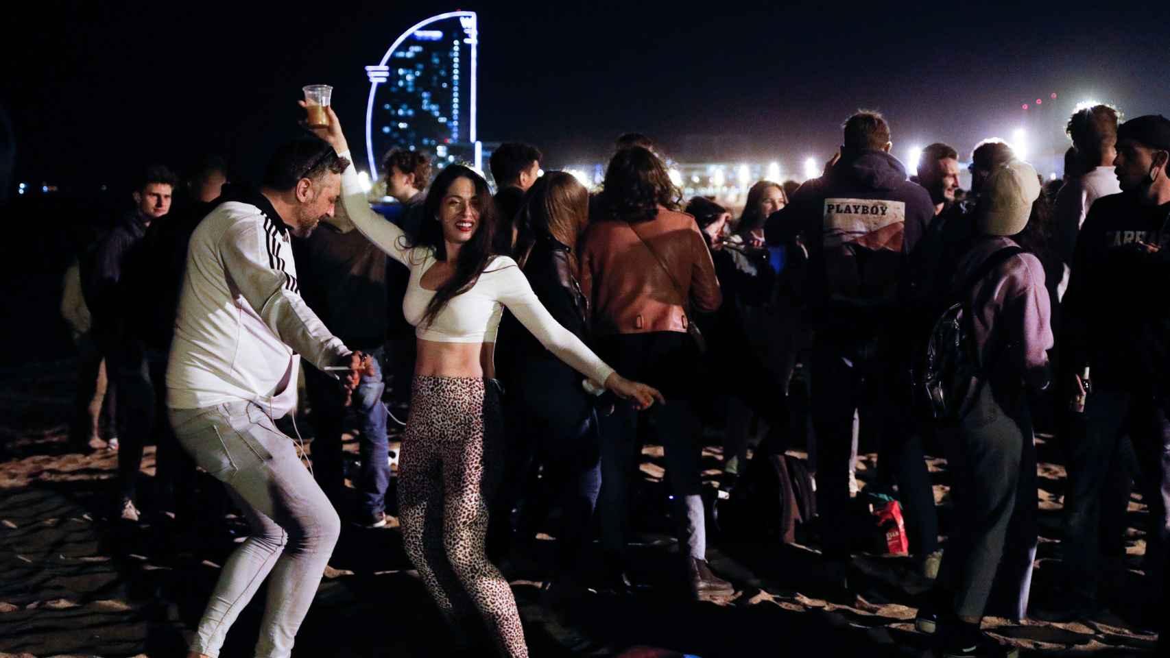 Un grupo de jóvenes baila en una playa de Barcelona sin cumplir las normas de seguridad y sin mascarilla. EP