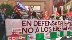 Concentración de trabajadores de H&M ante la tienda de la calle O'Donnell, en Sevilla.