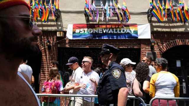 Un policía frente al bar gay Stonewall Inn, en Manhattan.