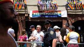 Un policía frente al bar gay Stonewall Inn, en Manhattan.