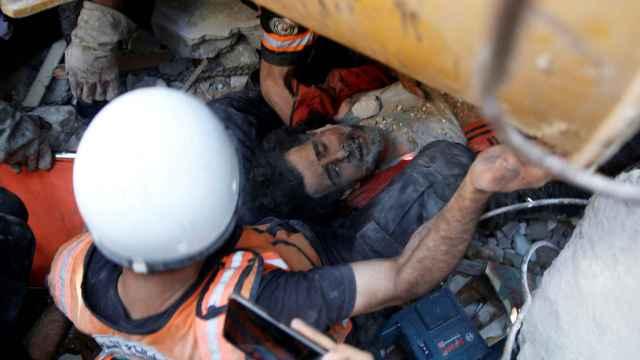 Rescate de víctimas entre los escombros de la zona de Gaza que este sábado bombardeó Israel.