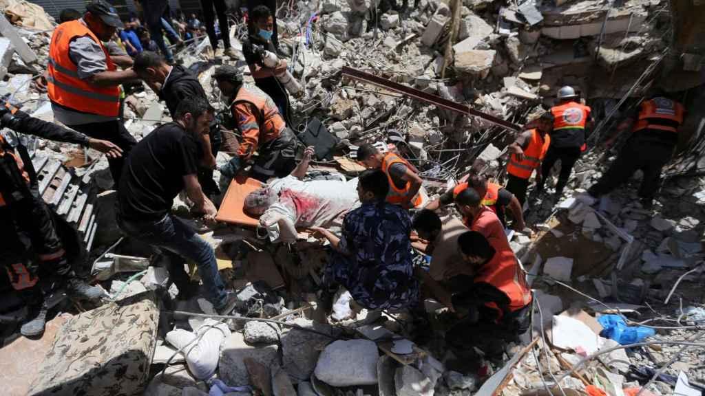 Un grupo de palestinos durante los rescates a víctimas de los bombardeos en Gaza.