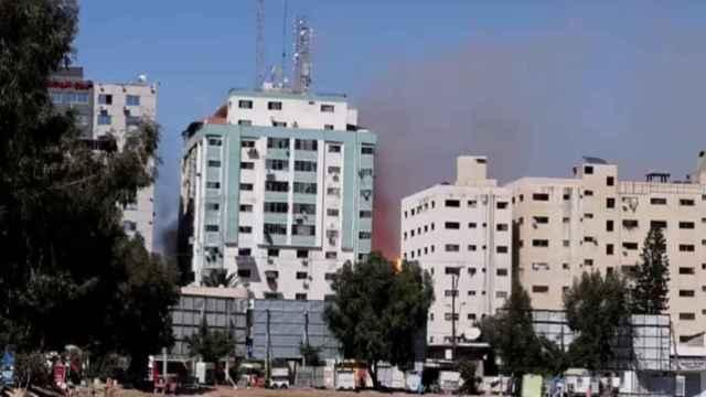 El Ejército israelí destruye un edificio en Gaza que albergaba las oficinas de varios medios internacionales