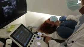 El Dr. Manuel Gargallo explora el cuello de una paciente en el Hospital Universitario Fundación Jiménez Díaz.