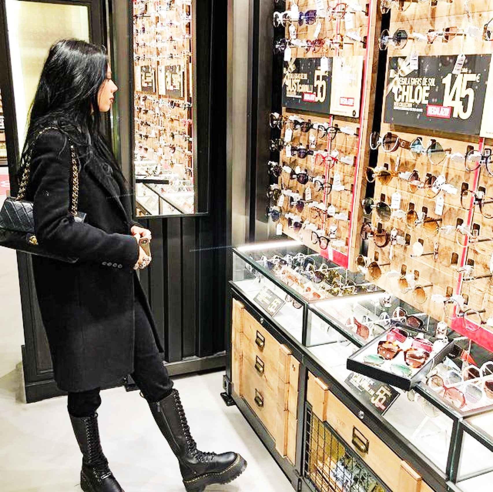 Alejandra Rubio en la tienda de óptica de su padre.