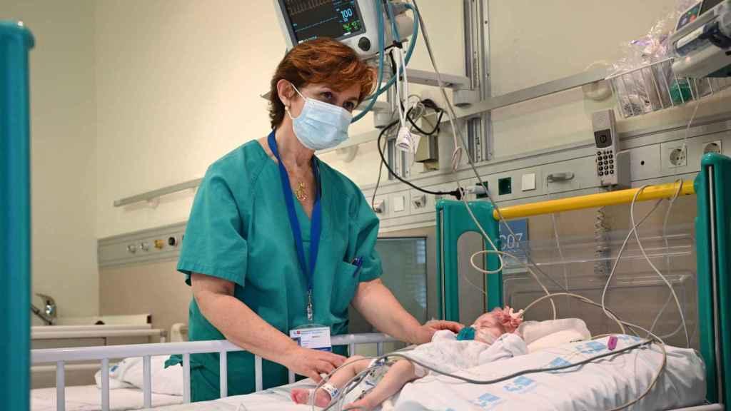 Manuela Camino, jefa de la Unidad de Trasplante Cardiaco Infantil del Hospital Gregorio Marañón con Naiara.