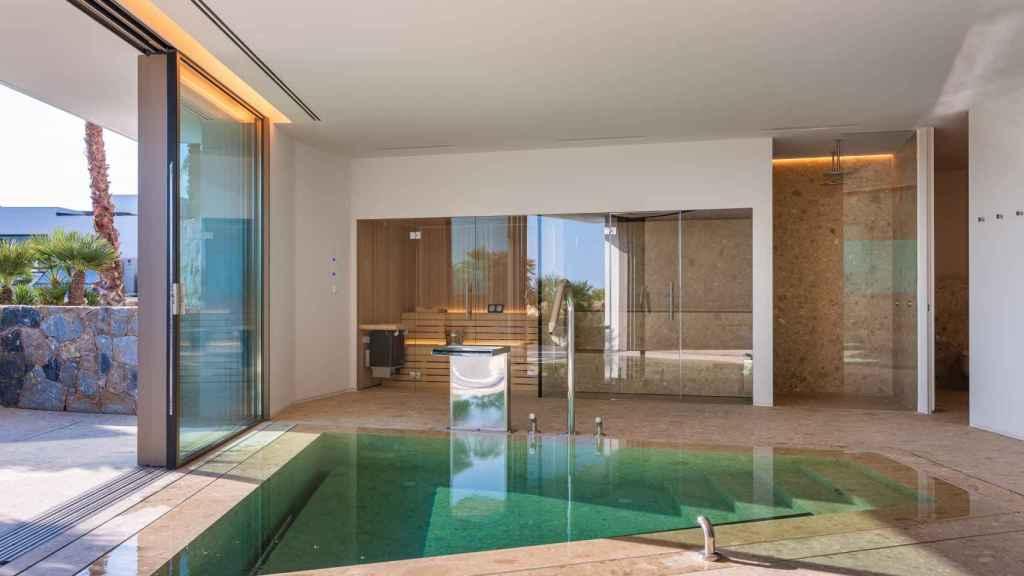 La piscina interior en la villa más cara de Alicante.
