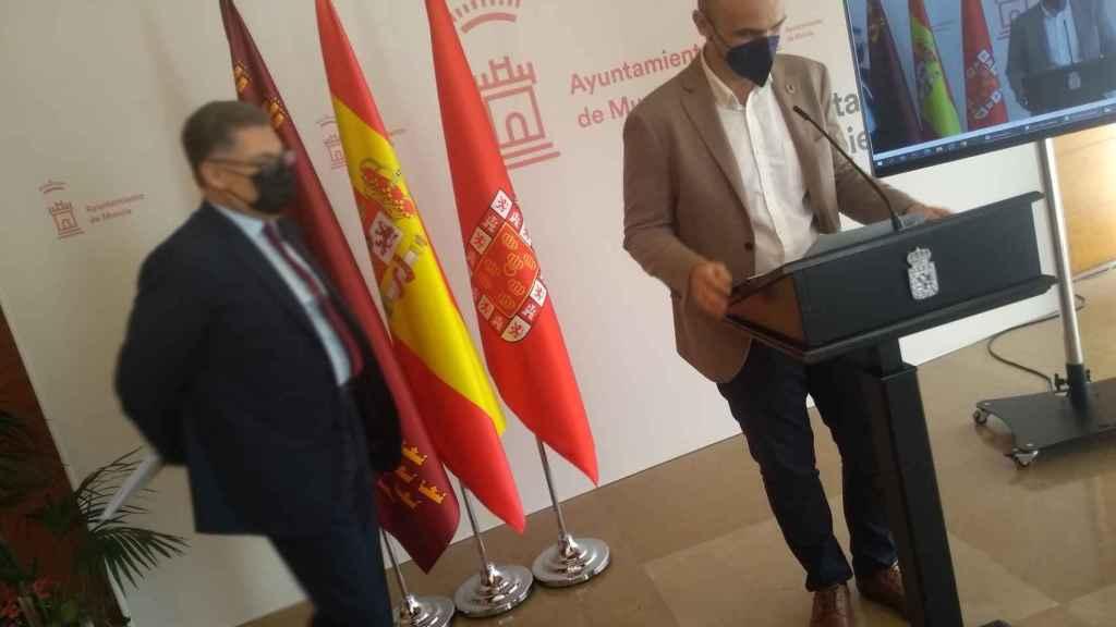 Los ediles Andrés Guerrero y Enrique Lorca, este lunes, en la rueda de prensa sobre la condena urbanística al Ayuntamiento.