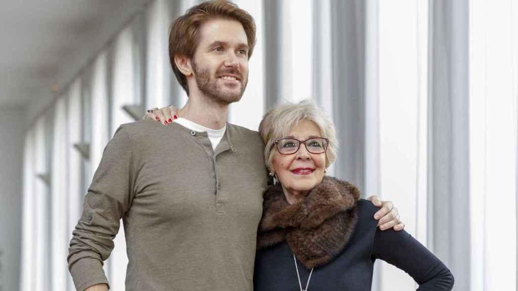 Concha junto a su hijo Manuel, al que adora y con el que ya ha trabajado en varias obras teatrales.