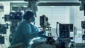 Un sanitario atendiendo a un paciente.