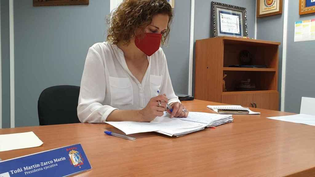 La presidenta de la Federació de Fogueres, Antonia Martín-Zarco, tras el anuncio de la suspensión.