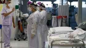 Sanitarios en una UCI en Valencia.