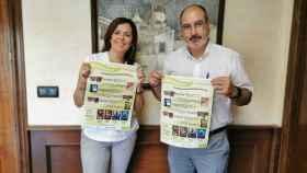La edil de Ciudadanos Rosa María García, con el alcalde Miguel López, del PSOE.