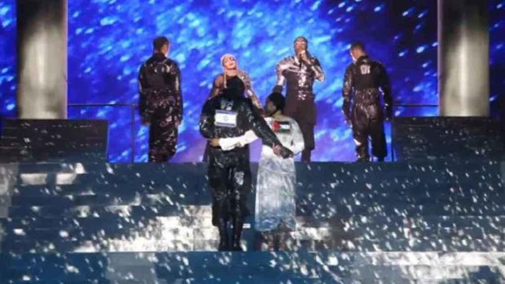 Dos de los bailarines de Madonna lucieron las banderas de Israel y Palestina en Tel Aviv.