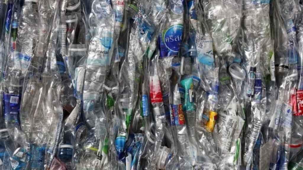 Botellas de plástico en una planta de reciclaje.