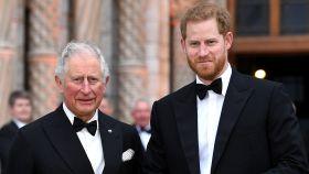 El príncipe de Gales junto a su hijo, el príncipe Harry.