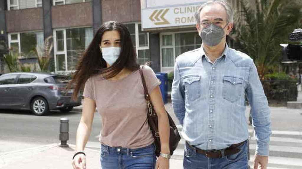 Bárbara Mirjan también acudió al centro hospitalario junto a su padre, para visitar a su pareja.