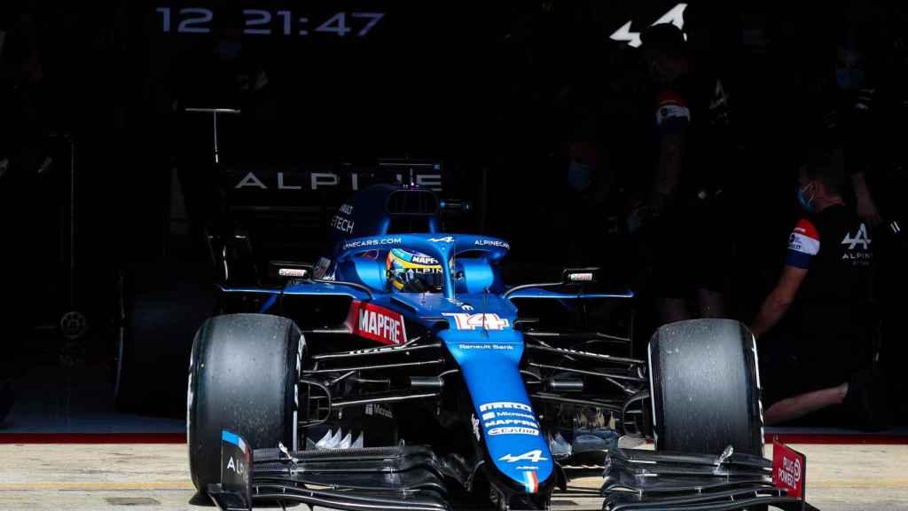 Fernando Alonso saliendo del box de Alpine