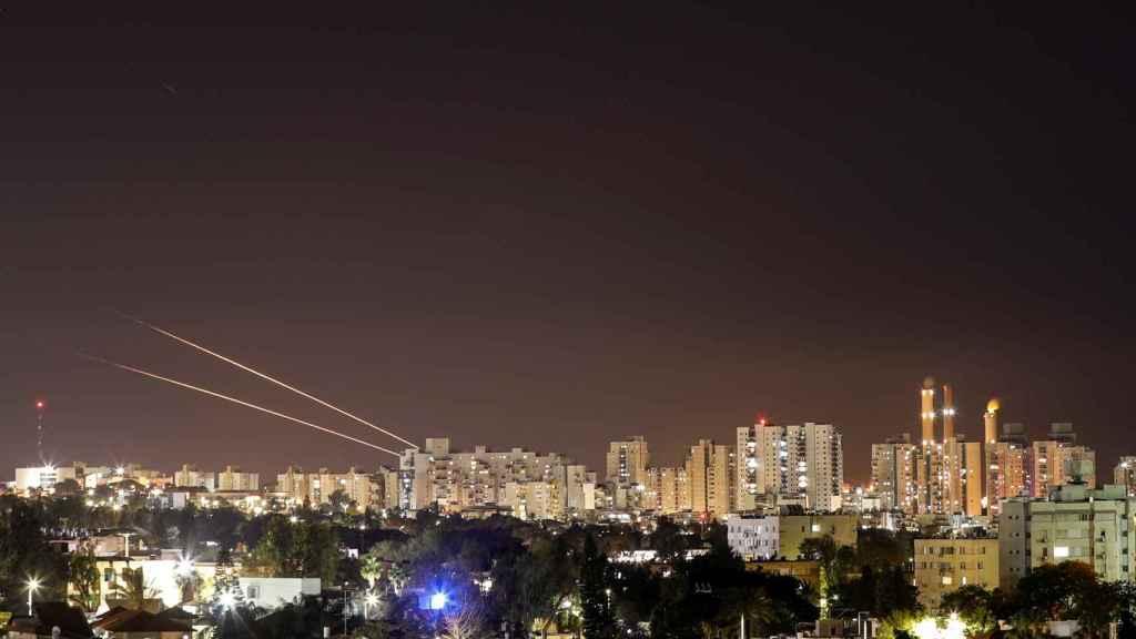 Cohetes procedentes de la franja de Gaza caen sobre la ciudad de Ashkelon, Israel