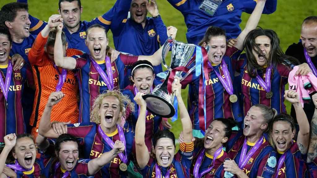 Las jugadoras del Barcelona levantan el trofeo de la Women's Champions League