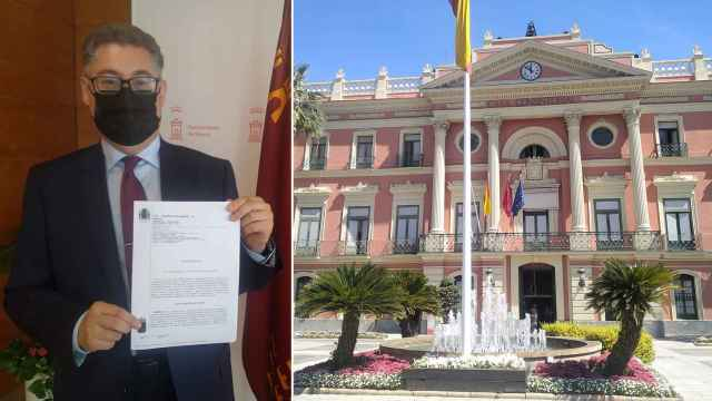 El edil de Urbanismo, Andrés Guerrero, con la sentencia que condena al Ayuntamiento de Murcia.
