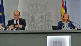 Miquel Iceta, ministro de Política Territorial y Función Pública, con la vicepresidenta económica, Nadia Calviño, en Moncloa.