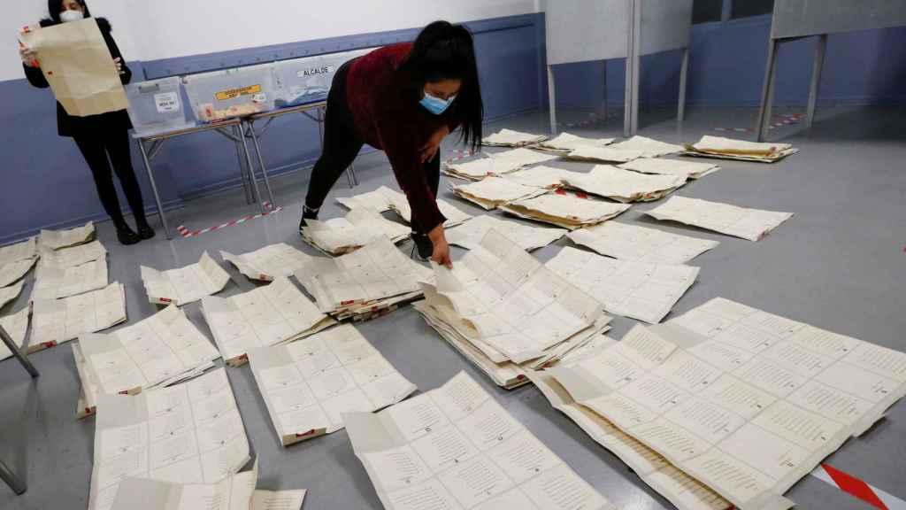Trabajadores chilenos llevan a cabo el recuento de votos en las elecciones sobre la nueva Constitución.