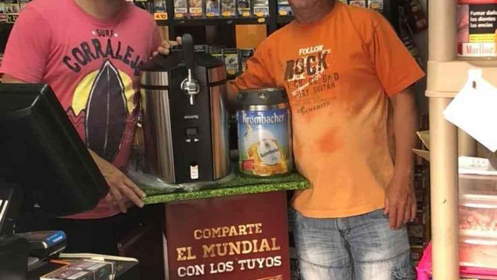 Paco con un cliente en el estanco en 2018.