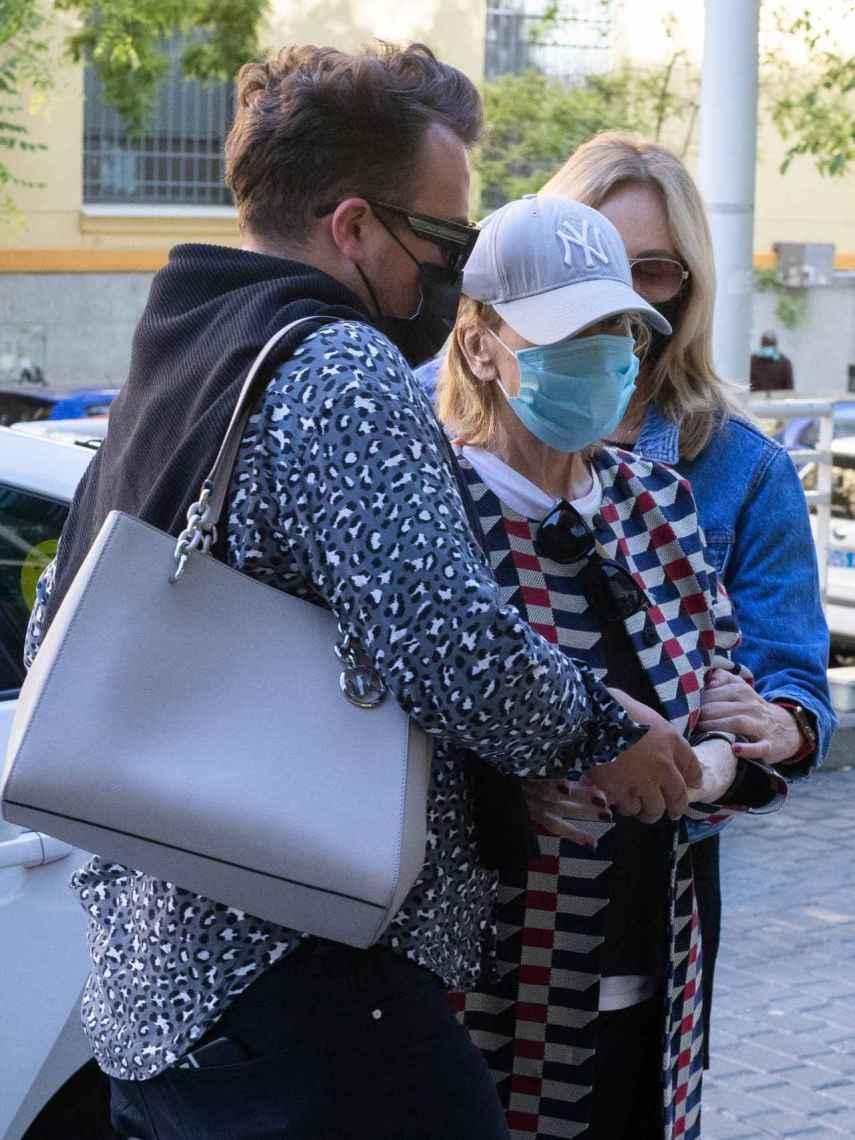 Los amigos de Mila la ayudan a bajar del taxi y caminar hasta el hospital.