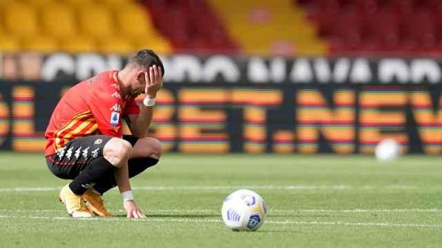 Un jugador del Benevento y el balón de la Serie A