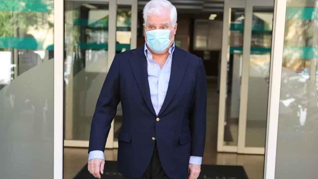 El duque de Alba saliendo del hospital este martes.