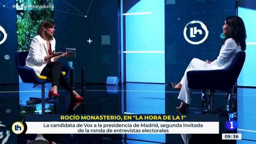 La presentadora de TVE Mónica López y Rocío Monasterio (Vox) durante la entrevista.