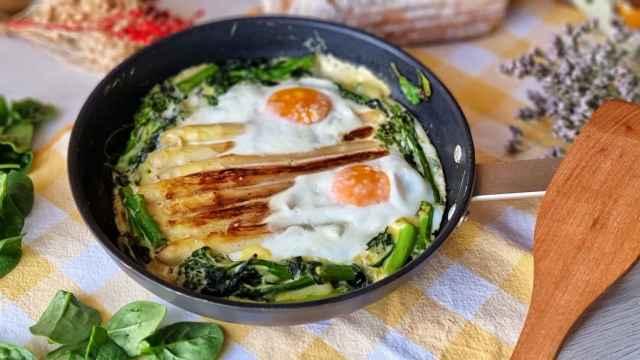 Huevos al horno con espárragos, espinacas, cúrcuma y coco
