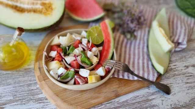 Ensalada de melón, sandía, mozzarella, chile y lima