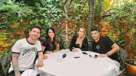 Leo Messi y Luis Suárez, junto a sus esposas Antonela Roccuzzo y Sofia Balbi, en una comida en Madrid en el mes de mayo de 2021. Foto: Instagram (antonelaroccuzzo)