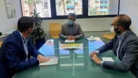 El director general de Carreteras de Murcia, José Antonio Fernández Lladó, y el presidente de la Diputación de Albacete, Santiago Cabañero, durante la reunión mantenida sobre la mejora de la carretera de Benizar a Socovos, en Albacete