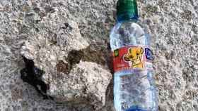 Con esta piedra quisieron romper el escaparate de la sede de Vox en Albacete